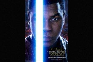 "John Boyega como ""Finn"" en nuevo póster de ""Star Wars: The Force Awakens"". Foto:Facebook/StarWars.LATAM. Imagen Por:"