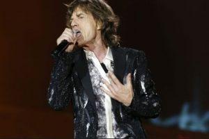 """Mick Jagger afirmó haber tenido dos encuentros cercanos con extraterrestres en su vida. El primero cuando acampaba con su entonces novia Marianne Faithfull, en Glastounbury, Inglaterra. Vio una """"nave nodriza."""" El segundo fue mientras estaba dando un concierto. Foto:Getty Images. Imagen Por:"""