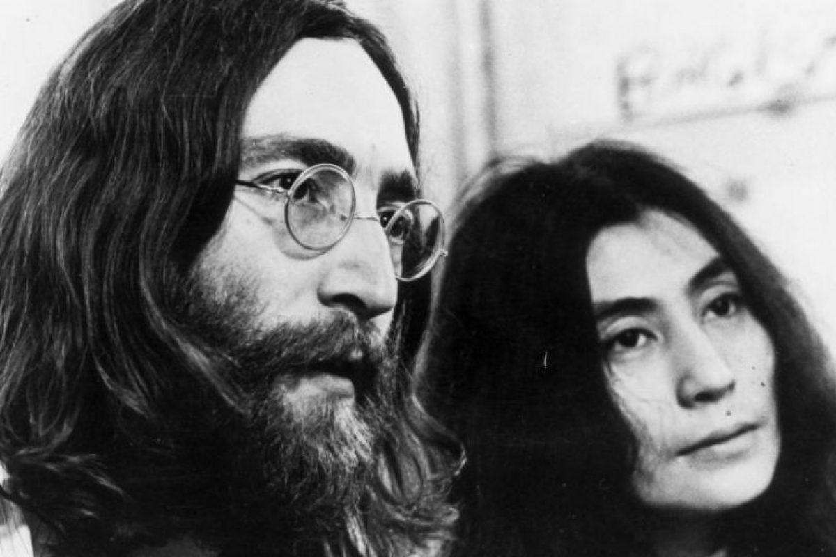 """John Lennon afirmó haber visto un ovni en 1974, cuando estaba con su amante May Pang. Según el mago Uri Geller, el cantante también vio """"aliens"""" en su departamento y estos le mostraron toda su vida. Foto:Getty Images. Imagen Por:"""