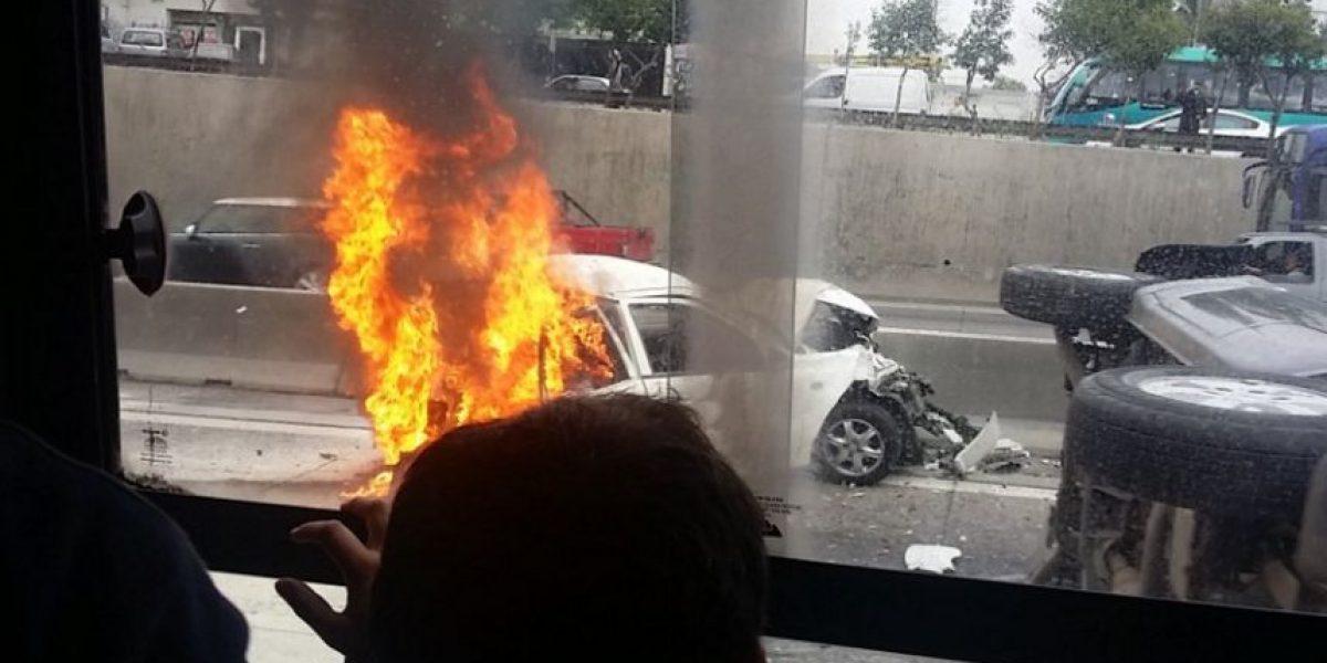 Violenta colisión múltiple termina con vehículo incendiado en Ruta 5 Sur