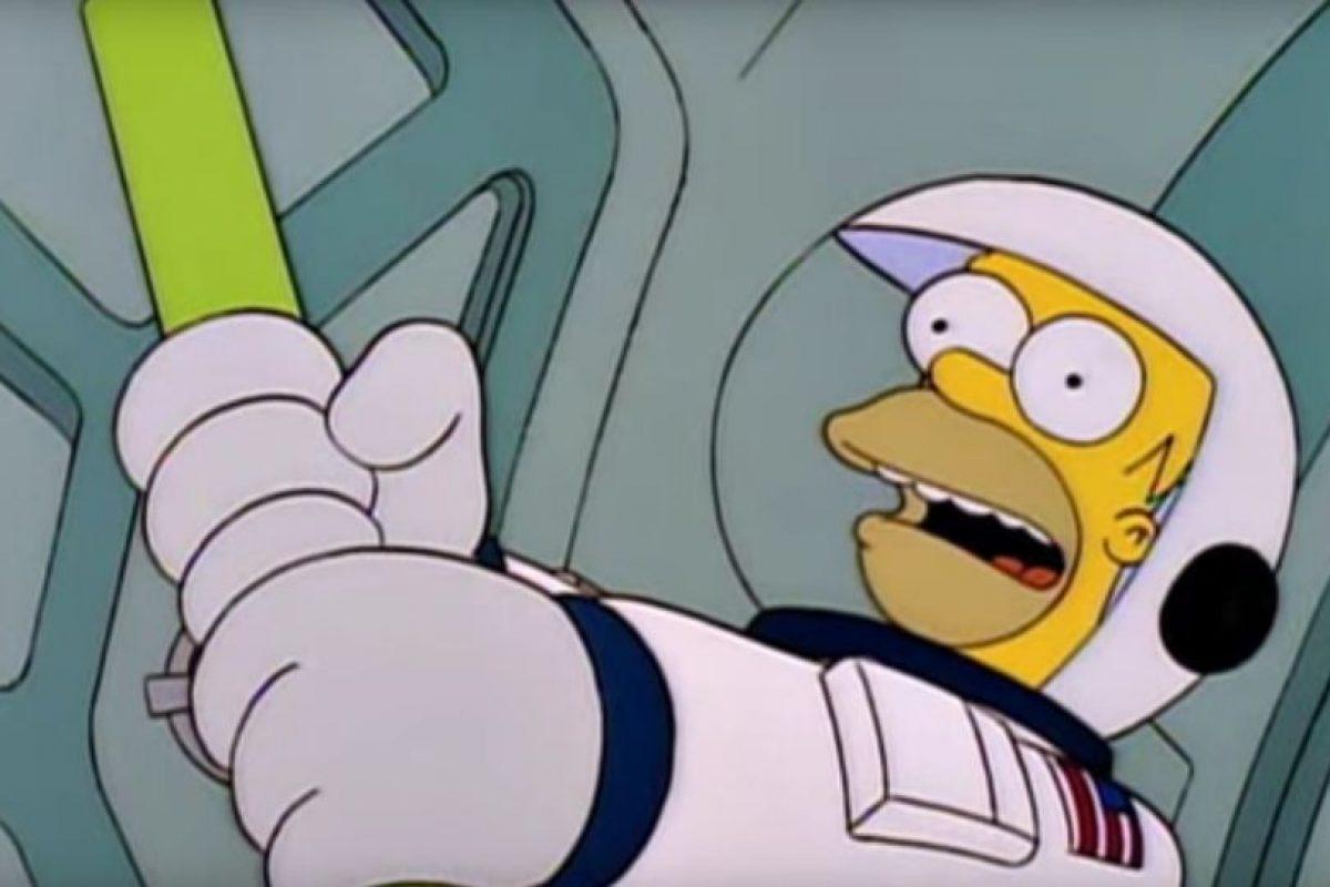 """2- """"Homero en el espacio profundo"""" (5×15): En ese capítulo, Homero Simpson va al Espacio. Tras una desastrosa situación, desde la NASA, el cantante James Taylor les entona una canción y, de pronto, una colonia de hormigas se suelta y aparece una que se ve gigante en pantallas. Imagen Por:"""
