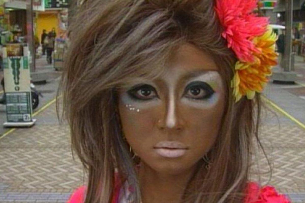Las mujeres suelen ir en contra de las tradiciones niponas: se broncean en exceso, consiguiendo un tono dorado/marrón. Foto:Twitter. Imagen Por: