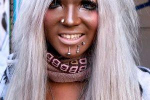 Posteriormente se tiñen el cabello de colores llamativos finalizando con prendas de tonos igual de vistosos. Foto:Twitter. Imagen Por: