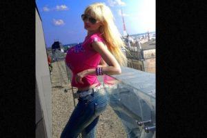 """Victoria Wild es una modelo letona que ha gastado una fortuna en rinoplastia, implantes de labios, bótox y tres operaciones de busto para parecer una """"muñeca sexual"""". Foto:vía Twitter/Victoria Wild. Imagen Por:"""