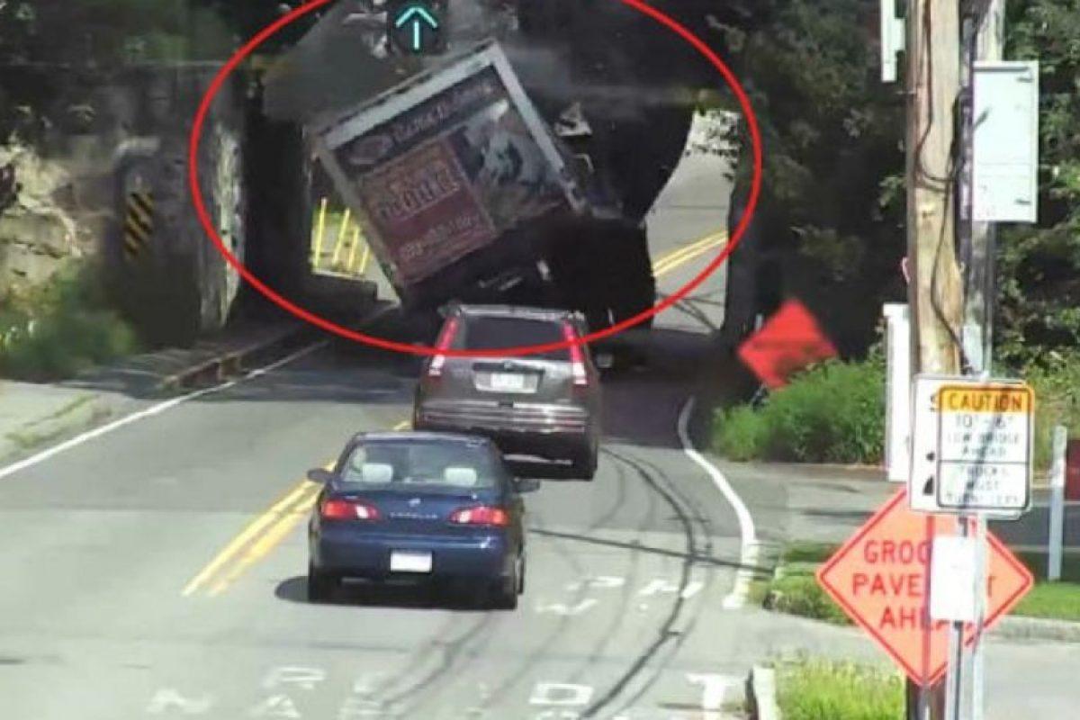 Este camión no midió bien la altura. Foto:Vía Youtube. Imagen Por: