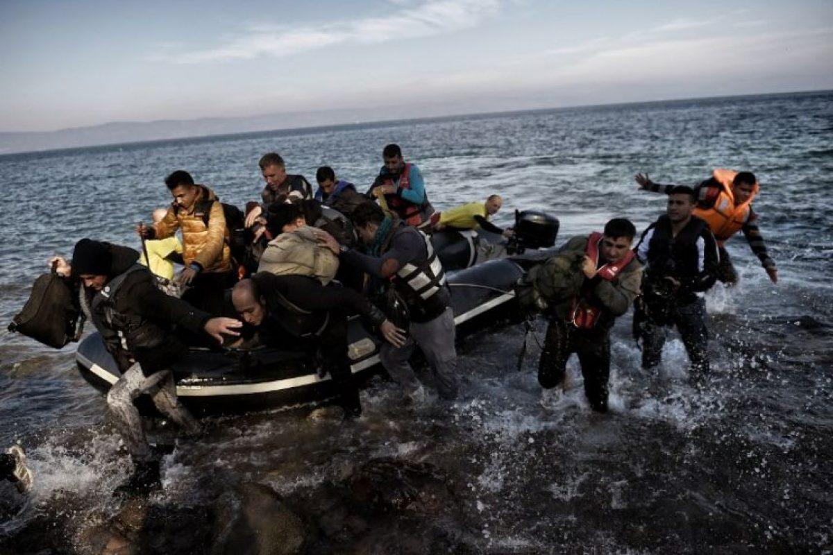 Los migrantes habían salido el lunes de la región de Ayvacik (noroeste), pero fueron sorprendidos por una tormenta y el barco se hundió, según la agencia. Los guardacostas turcos, con ayuda de helicópteros, seguían intentando encontrar a otros supervivientes. Foto:AFP. Imagen Por: