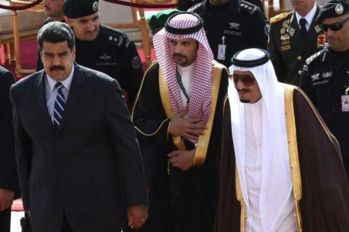La televisión estatal saudita retransmitió la llegada del presidente venezolano, Nicolás Maduro, cuyo país es miembro de la Organización de Países Exportadores de Petróleo (Opep), junto con Arabia Saudita, el mayor exportador de petróleo del mundo. Foto:AFP. Imagen Por: