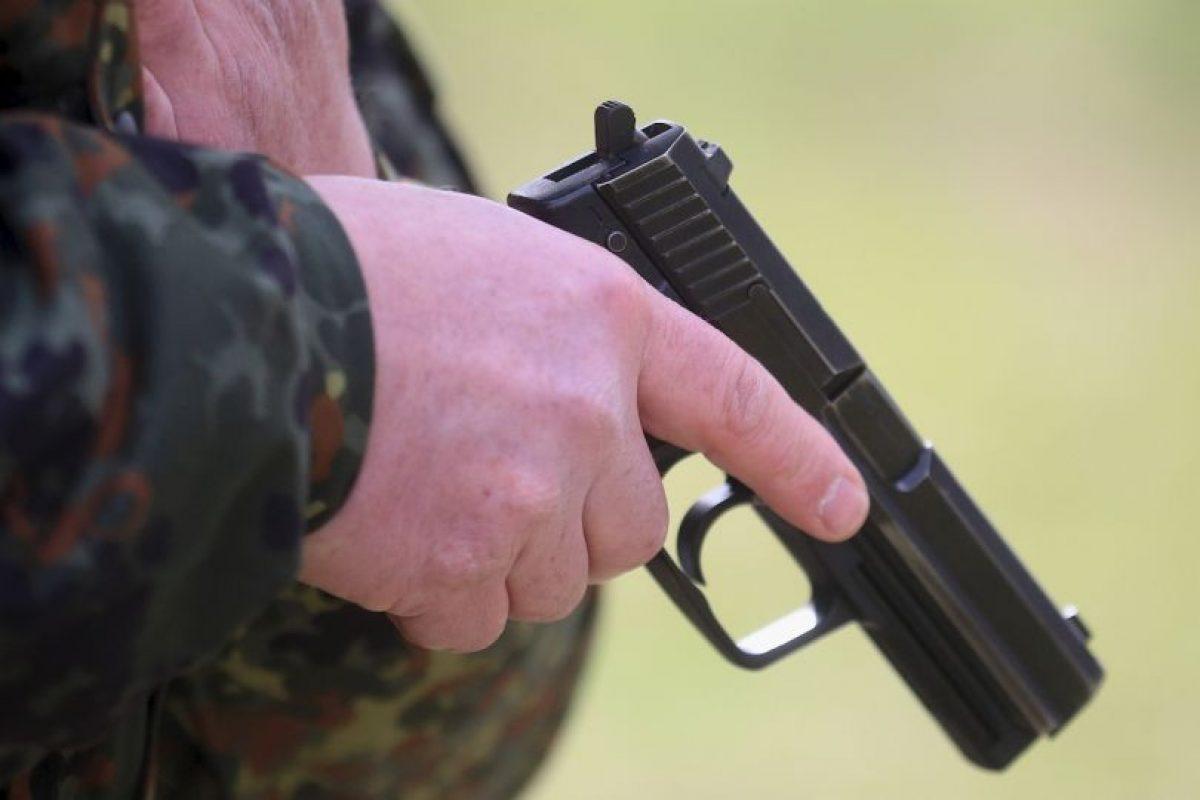 Cuando apuntó con el arma a su madre esta pensó que se trataba de una broma pesada por lo que la iba acusar con su papá. Foto:Getty Images. Imagen Por: