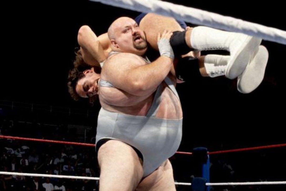 Mike Shaw, quien también personificó al fraile anterior, fue un luchador de los 80 y 90 que a pesar de su sobrepeso, no le tenía miedo a este modelito. Foto:WWE. Imagen Por:
