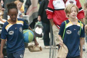 Zahara y Shiloh en sus cursos de fútbol. Foto:The Grosby Group. Imagen Por:
