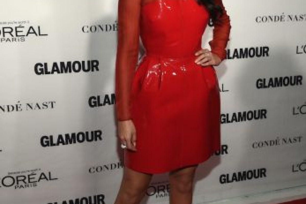 La joven lució un vestido rojo con tacones plateados. Foto:Getty Images. Imagen Por:
