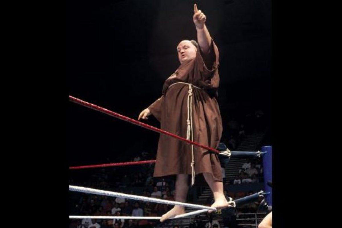 ¿A quién le parecería normal ver a un fraile repartiendo golpes por el cuadrilátero? Foto:WWE. Imagen Por: