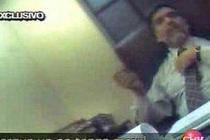 En un reportaje emitido por ese canal, mediante una cámara oculta, se obtuvo una grabación donde el juez Calvo reconocía asistir a un sauna gay. Tras eso, acusó ser víctima de extorsión del dueño de un funcionario del sauna y finalmente, en 2004 fue sacado de la causa. Foto:Agencia Uno. Imagen Por: