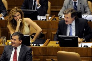 """Sin embargo, los diputados Andrea Molina y Patricio Melero estaban viendo una película con varias escenas eróticas llamada """"Noche de tormentas"""". Foto:Agencia Uno. Imagen Por:"""