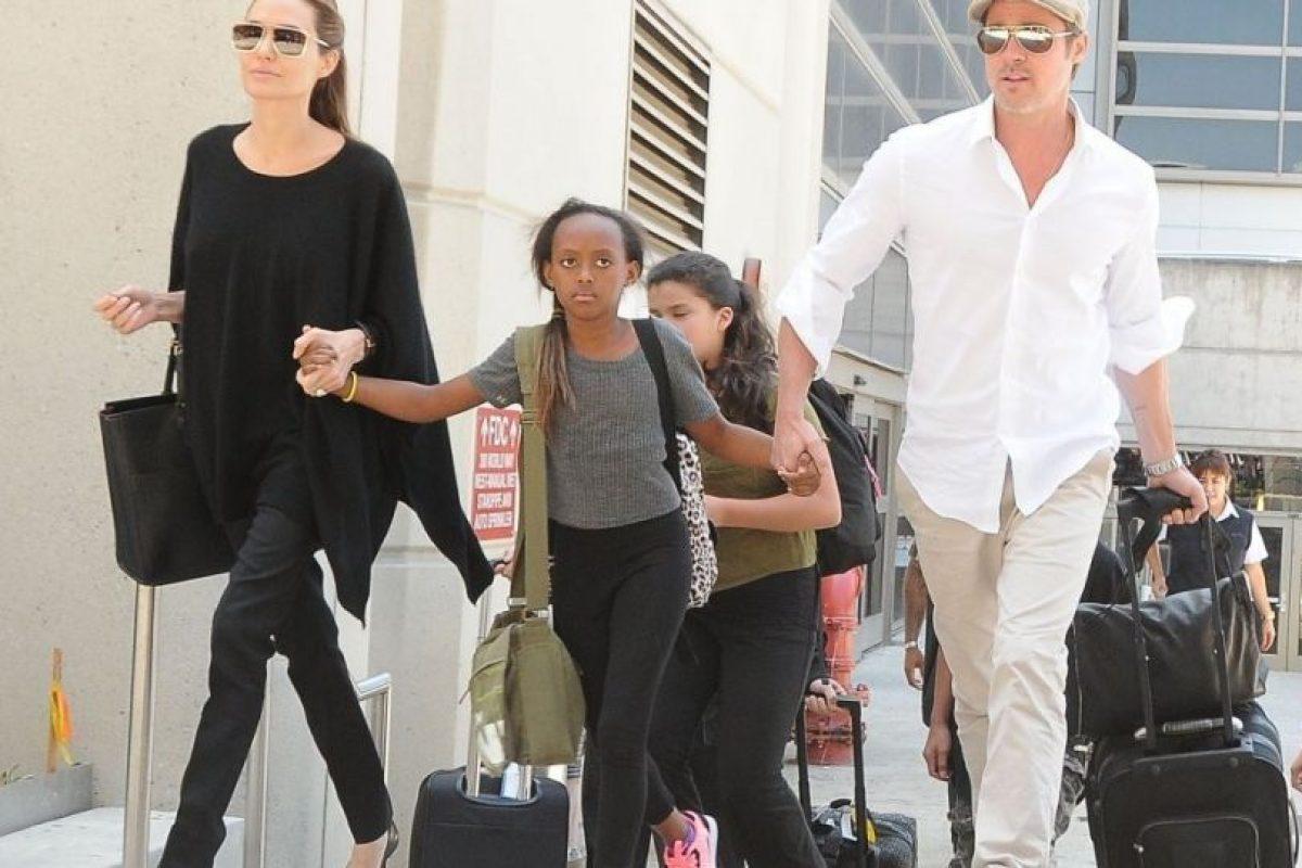 Zahara caminando con sus padres. Foto:The Grosby Group. Imagen Por: