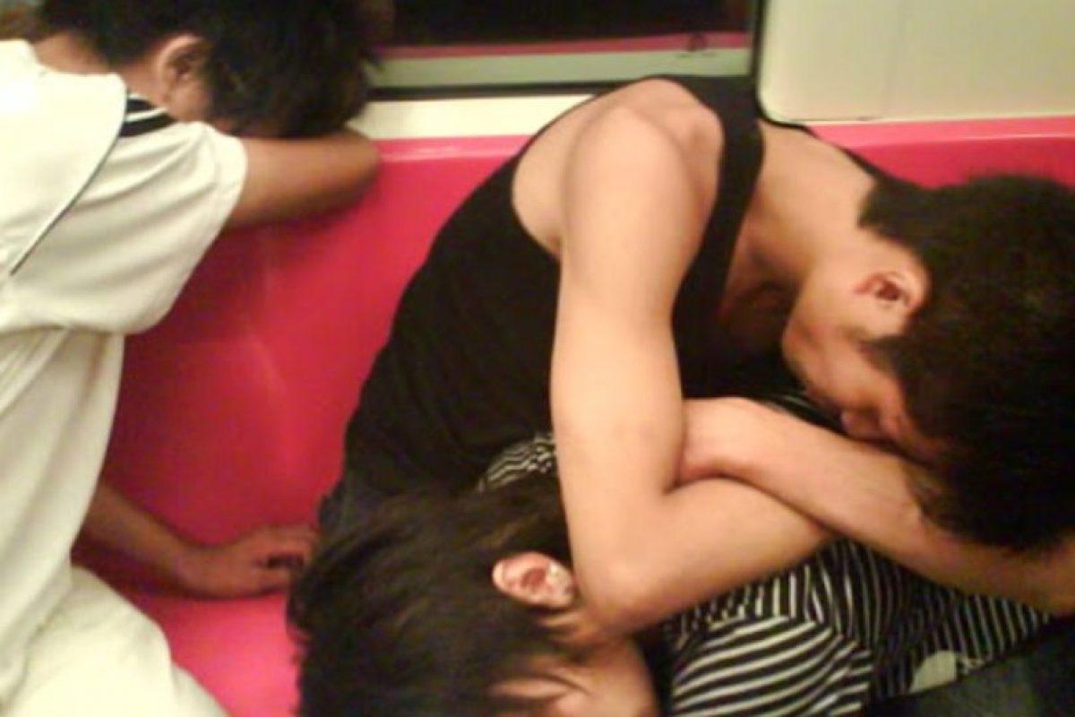 8. Los que cabecean y terminan durmiendo encima del hombro del compañero de viaje. Foto:Tumblr. Imagen Por:
