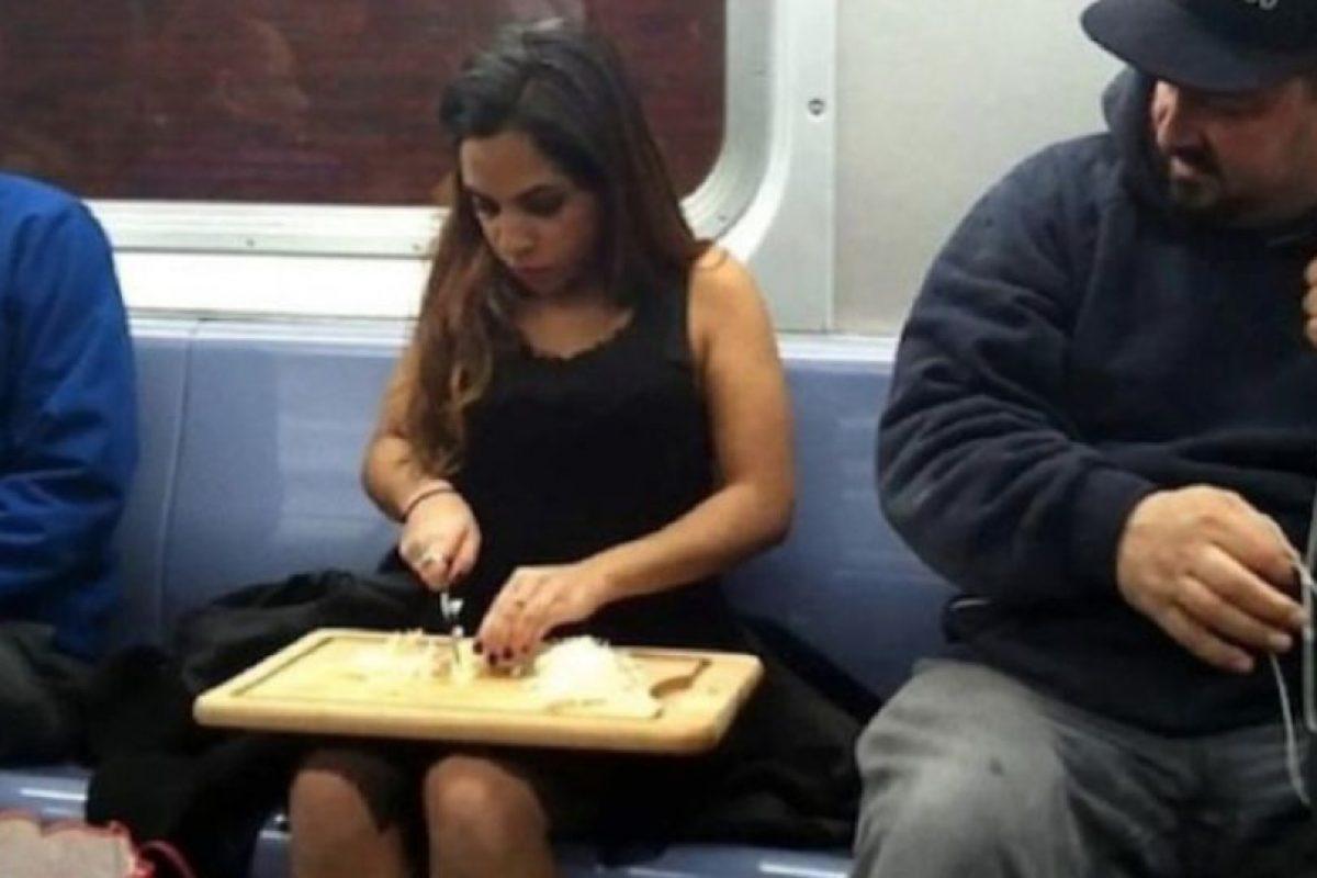 14. Las mujeres que se pintan las uñas, se maquillan o incluso pican cebolla en el metro. Foto:Reddit. Imagen Por: