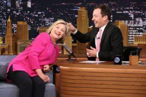 """Por esa razón, cuando se presentó en el programa """"Tonight Show"""", Clinton dejó que el presentador Jimmy Fallon halara su cabello. Foto:Vía NBC. Imagen Por:"""