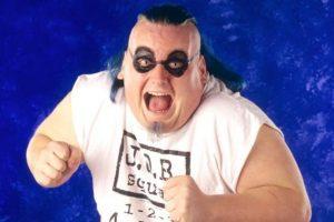 16. The Blue Meani / La combinación entre su maquillaje, peinado y ropa no resultó muy favorecedora. Foto:WWE. Imagen Por: