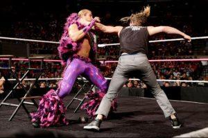 Las combinaciones entre sus pantalones y chaquetas de peluche hacen imposible no mirarlo. Foto:WWE. Imagen Por: