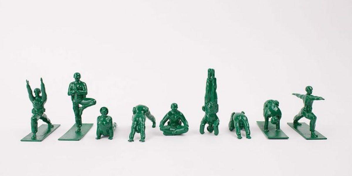 No te lo pierdas: las clásicas figuritas verdes del Ejército practicando yoga
