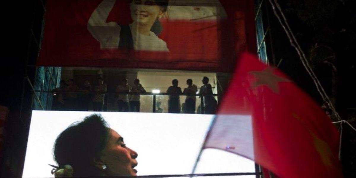 Los militares de Birmania prometen una transición pacífica tras la victoria de Suu Kyi