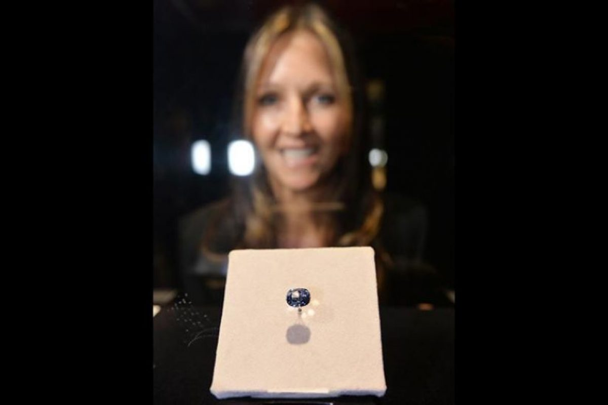 """El adquirido esta semana es un diamante azul de 12,03 quilates llamado """"Luna Azul"""" y engarzado en un anillo, cuyo desembolso también batió el récord del precio pagado por quilate, superando los 4 millones de dólares. Foto:AFP. Imagen Por:"""