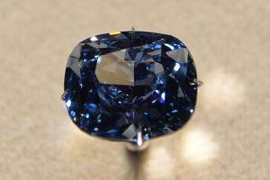 Según la casa de subastas Sotheby's, encargada de la venta, el diamante estableció un nuevo récord mundial de cualquier joya hasta ahora puesta a la venta en una subasta, al superar los 46,2 millones de dólares que un comprador pagó también en Ginebra en 2010 por un diamante rosa. Foto:AFP. Imagen Por: