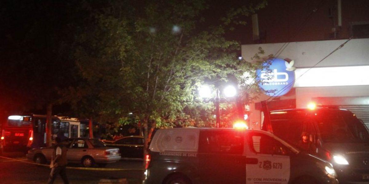 Dos muertos deja asalto a farmacia y posterior balacera en Providencia