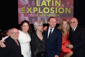 En el evento se encontró con Danny DeVito, Gloria Estefan, Rita Moreno, Tommy Mottola y Emilio Estefan. Foto:Getty Images. Imagen Por: