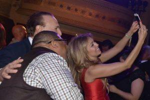 Y tomarse selfies con los invitados. Foto:Getty Images. Imagen Por: