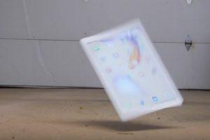 Así se ve cuando cae al suelo. Foto:vía TechRax / YouTube. Imagen Por: