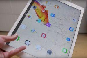 La pantalla se estrella cuando se deja caer. Foto:vía TechRax / YouTube. Imagen Por:
