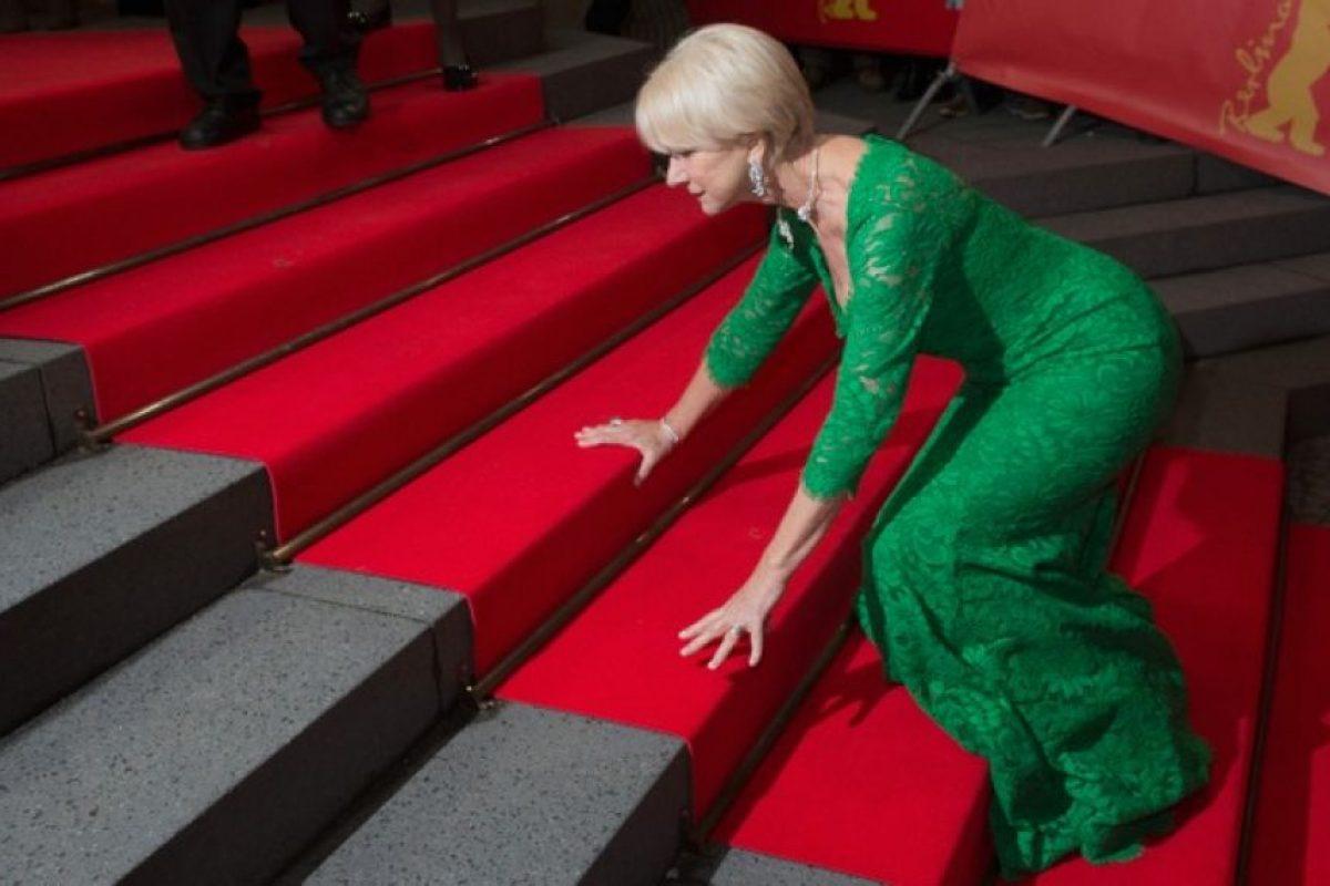 """Pese a tropezarse con las escaleras de la """"red carpet"""" y quedar expuesta ante los paparazzi, que no dudaron en capturar el momento, la actriz pareció tomar el incidente con buen humor. Foto:Getty Images. Imagen Por:"""