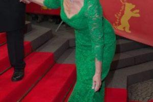"""Helen Mirren tropezó con los escalones durante el estreno de """"The Woman in Gold"""" en el marco del Berlin Film Festival en febrero de 2015. Foto:Getty Images. Imagen Por:"""