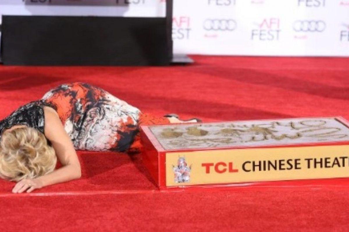 La actriz plasmó sus manos en el famoso Chinesse Theather de Hollywood. Sin embargo, cuando se disponía a levantarse, perdió el equilibrio y cayó. Foto:Getty Images. Imagen Por: