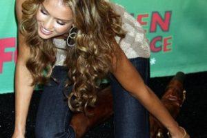 """Finalmente, Jessica Alba demostró que no hace falta llevar vestido para tener un """"encuentro con el suelo"""". El incidente de la actriz ocurrió en 2006 durante los Teen Choice Awards. Foto:Getty Images. Imagen Por:"""