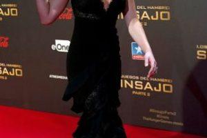 La actriz utilizó un vestido negro con cola, lo que provocó que resbalara cuando subía por las escaleras del cine. Foto:Getty Images. Imagen Por:
