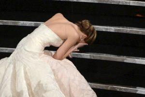 La actriz tropezó ante el ojo público cuando se disponía a recibir su estatuilla. Foto:Getty Images. Imagen Por: