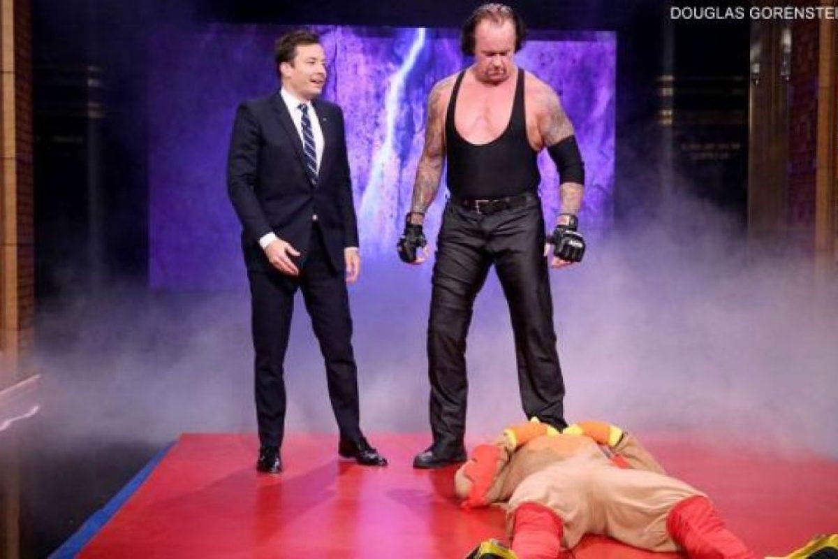 """Y aplicó una """"Tumba rompecuellos"""" Foto:WWE. Imagen Por:"""
