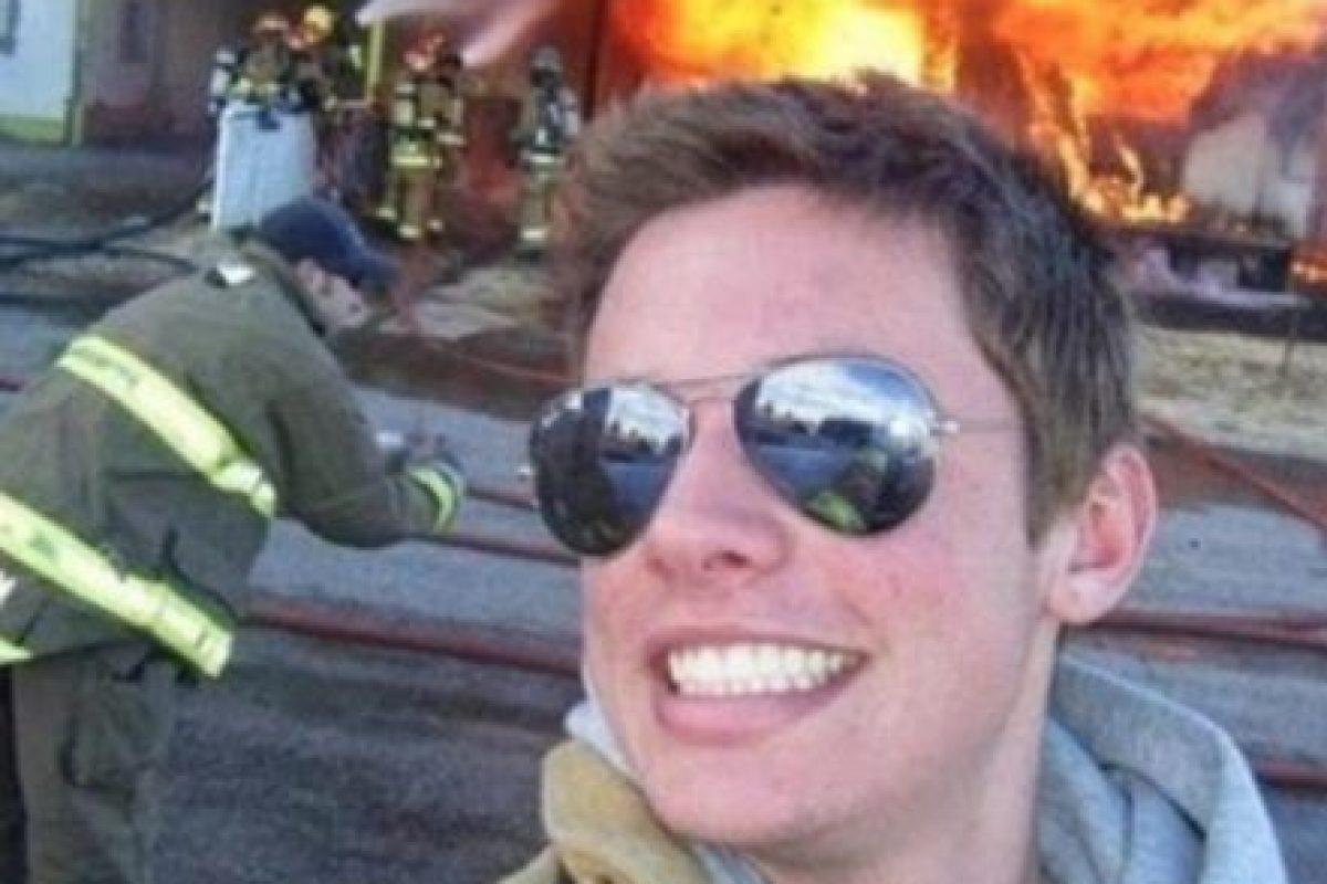 Frente al incendio… Foto:Vía Twitter. Imagen Por: