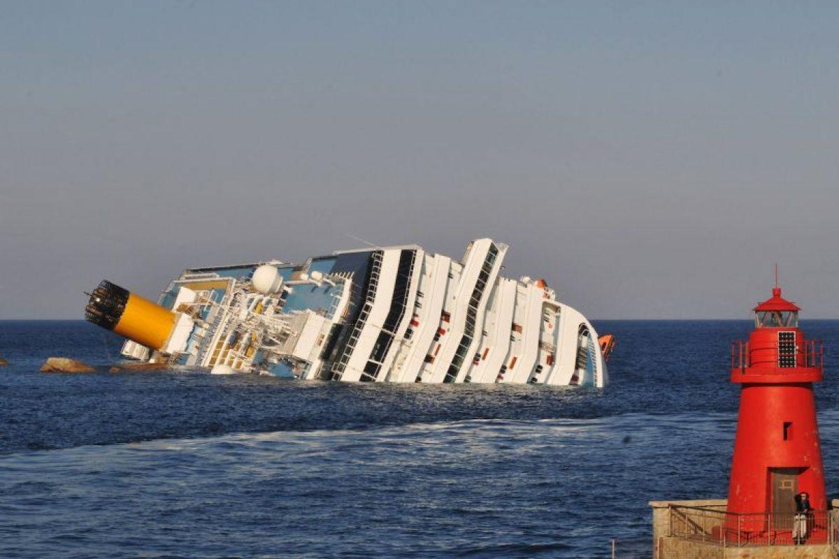 El crucero Costa Concordia queda varado en la Isla de Giglio, Italia. Foto:Getty Images. Imagen Por: