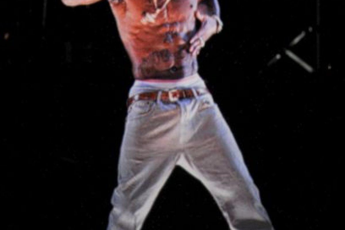 El rapero Tupac Shakur fallece después de una semana en el hospital, debido a disparos que recibió al salir de una pelea de Mike Tyson. Foto:Getty Images. Imagen Por: