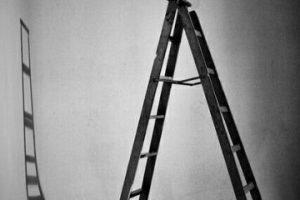 Pasar por debajo de una escalera Foto:Pinterest. Imagen Por: