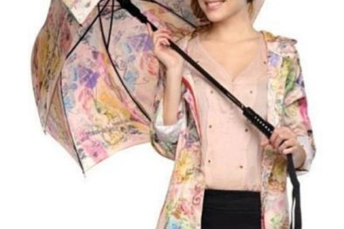 Abrir un paraguas en un lugar cerrado Foto:instagram.com/rainandraining. Imagen Por: