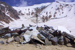 """Los 16 sobrevivientes lograron resisitir 72 días ya que decidieron alimentarse de la carne de sus compañeros muertos. El hecho es recordado como el """"Milagro de Los Andes"""" Foto:Wikimedia.org. Imagen Por:"""