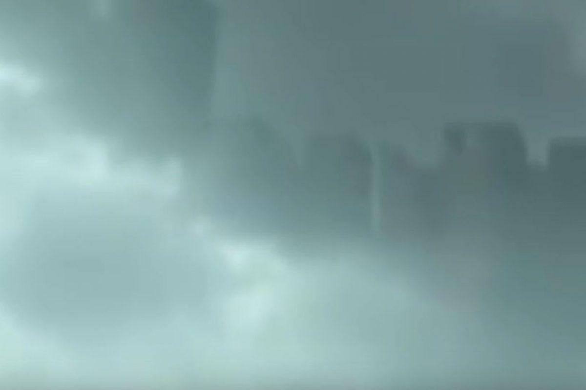 """Jill Coleman, científica atmosférica de la Universidad Estatal Ball en Muncie, Indiana, dijo a la revista """"National Geographic"""" que """"de ser real, se llamaría un espejismo superior, lo que significa que es un espejismo que se proyecta hacia arriba"""". Sin embargo, """"CNN"""" reseñó que meteorólogos de China aseguraron que el video era falso. Foto:Vía Youtube UFOSightings2010. Imagen Por:"""