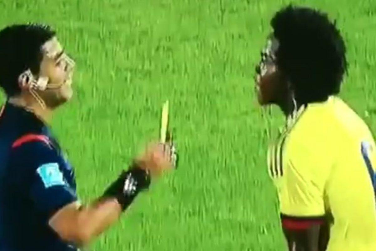 FAIL: Así fue la chistosa caída del árbitro del Chile-Colombia Foto:Twitter. Imagen Por: