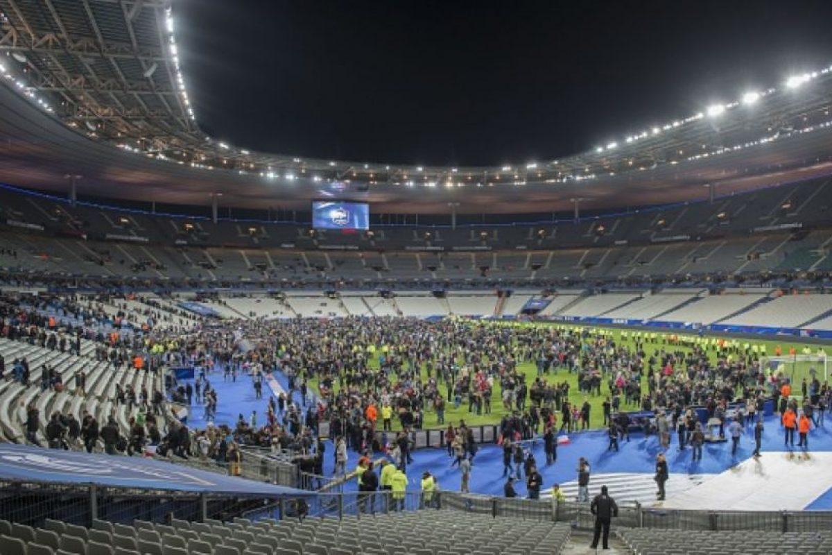 Con la gente aterrorizada dentro del estadio. Foto:vía Twitter. Imagen Por: