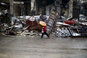 Niña siria camina entre los escombros en Siria. Foto:AFP. Imagen Por: